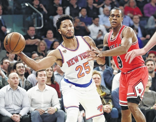 New York Knicks' Derrick Rose (25) passes away from Chicago Bulls' Rajon Rondo (9) during the first half of an NBA basketball game Thursday, Jan. 12, 2017, in New York. (AP Photo/Frank Franklin II)