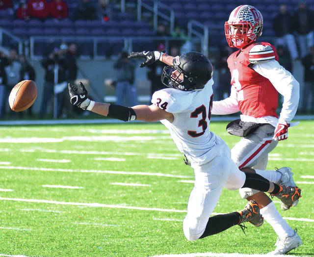 Neither Minster's August Boehnlein or Cuyahoga Heights' Dylan Drummond is able to get their hands on a pass during Friday's Division VII state final in Canton.
