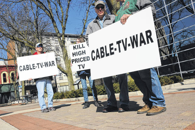 A war against high cable TV prices led to a protest Saturday in Lima's Town Square.