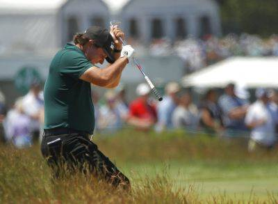 Phil Mickelson reacts to a shot from the fescue on the fifth hole during Saturday's third round of the U.S. Open in Southampton, N.Y. (AP photo)